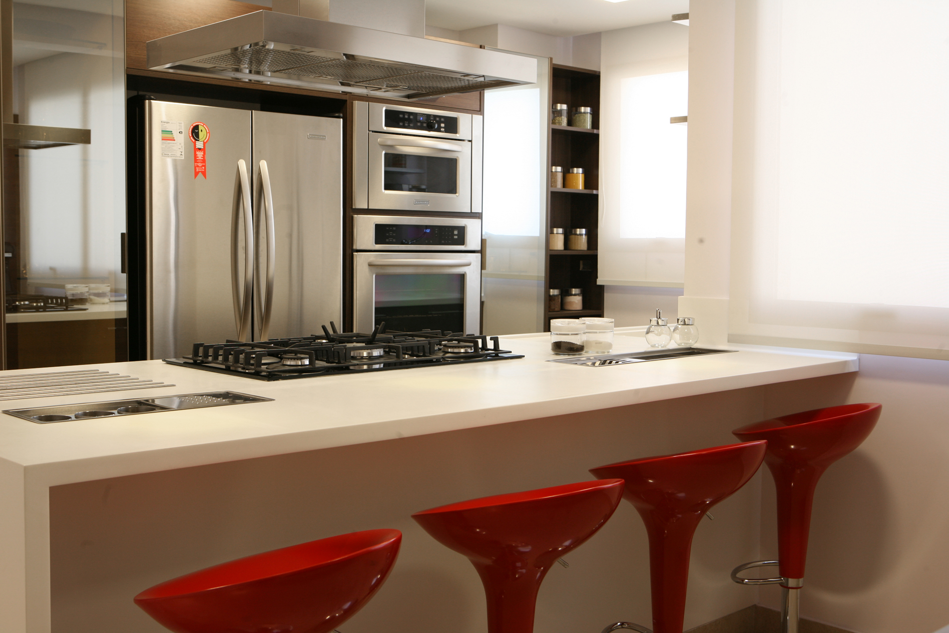 #B72614 Dicas para não errar na decoração da cozinha Americana 1900x1267 px Bancada Madeira Para Cozinha Americana #1431 imagens