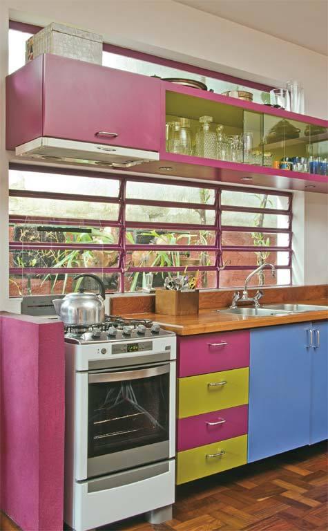 Armários coloridos na cozinha 1