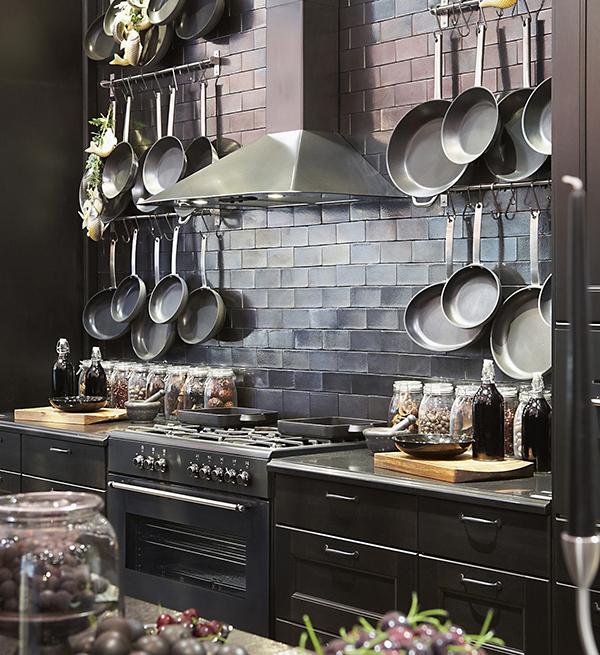 Panelas penduradas na cozinha