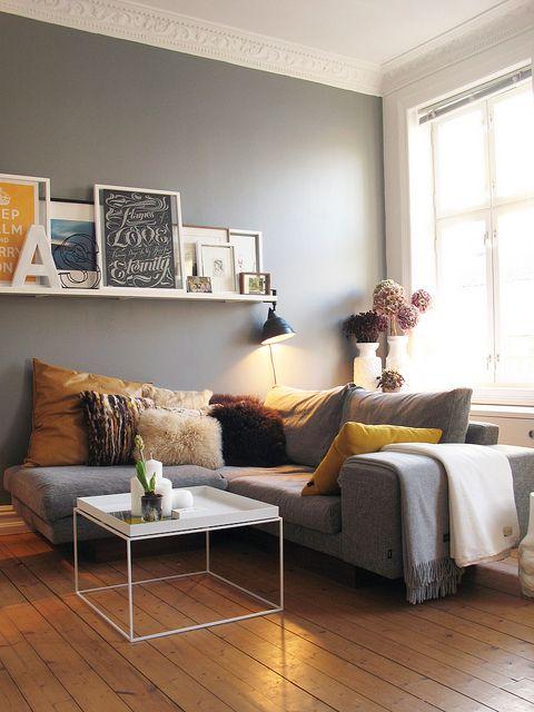 Sala nova sem obras: quadros nas prateleiras