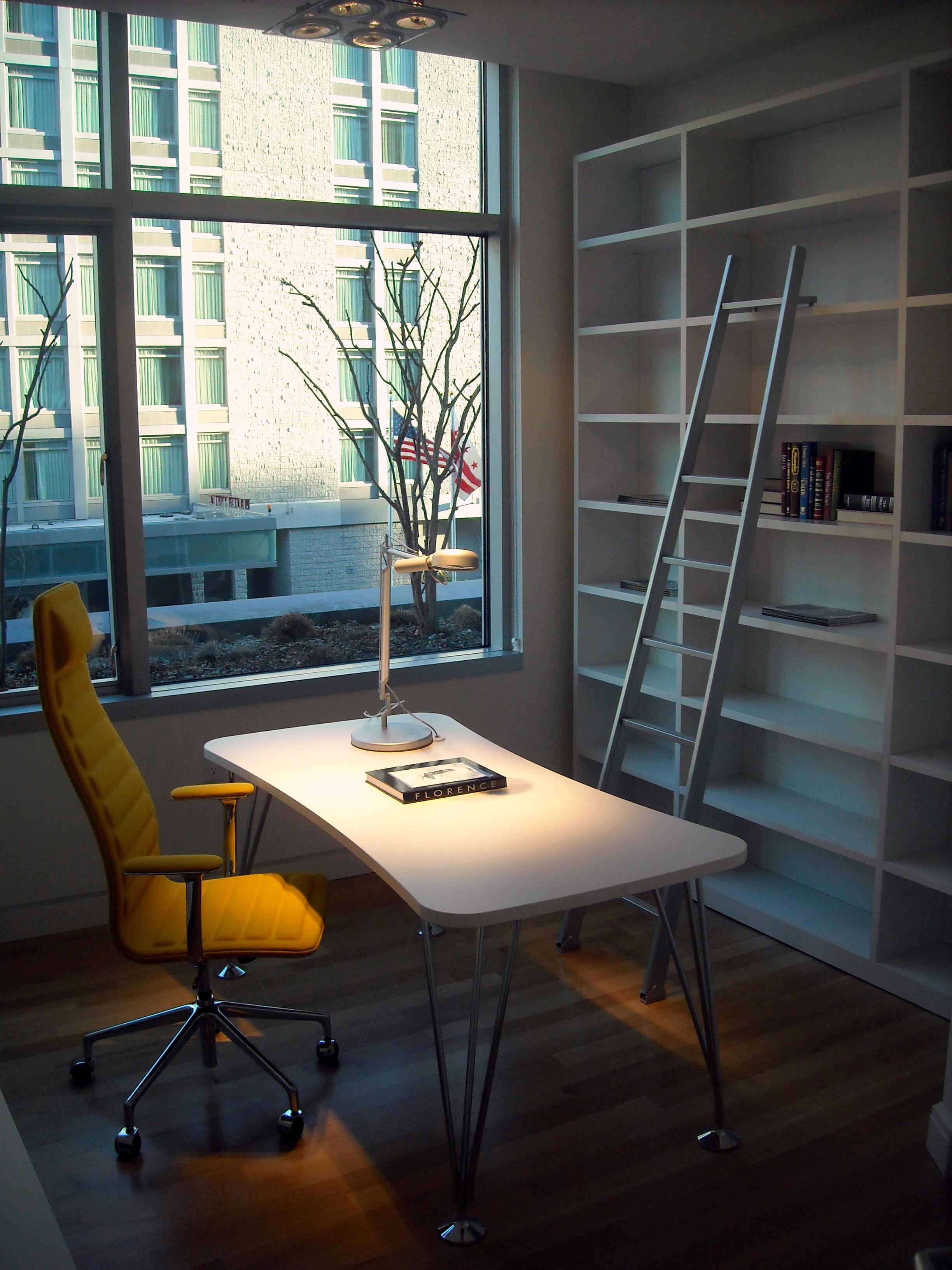 Espaço de trabalho na sala de estar 8
